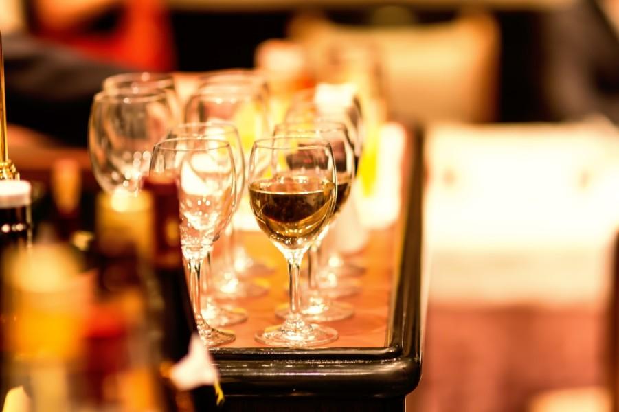 食事に欠かせないお酒は内装の雰囲気に影響される