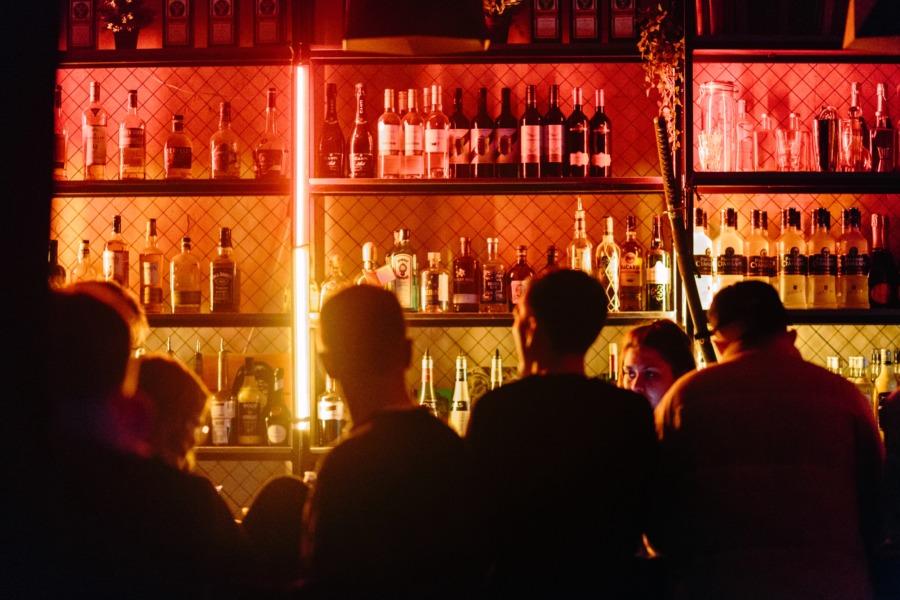 女性が入りやすい居酒屋の外観②中の様子が程よく分かる