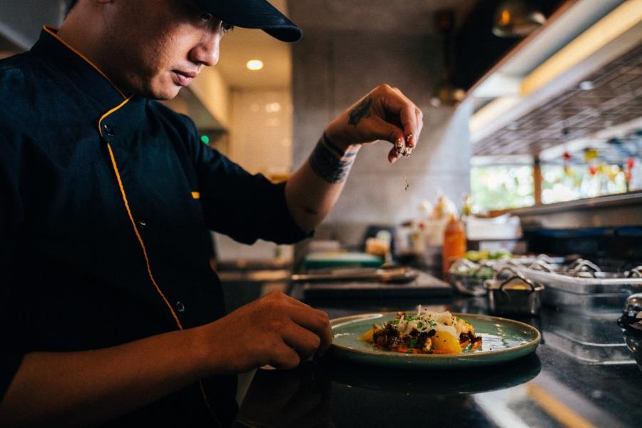 飲食店のレイアウトでオープンキッチンとクローズドキッチンについて解説