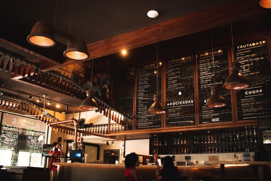 狭いカフェの内装②:おしゃれな小ぶり照明で演出する